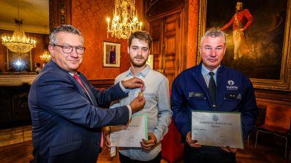 """Jonge feestvierder (23) en politieman ontvangen medaille nadat ze elk drenkeling redden uit ijskoud water: """"Zouden het zo opnieuw doen"""""""