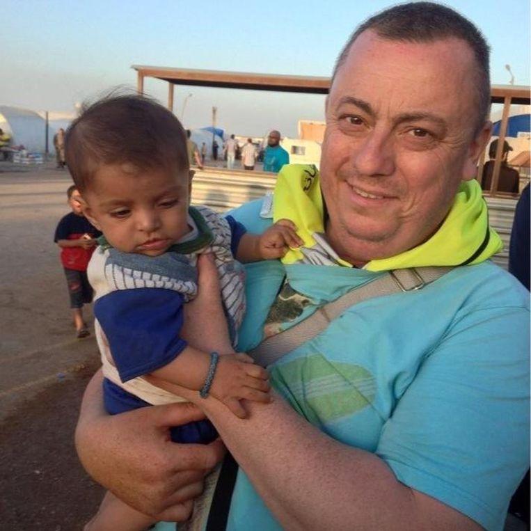 Alan Henning houdt een Syrische vluchteling vast bij de Turkse grens Beeld AFP