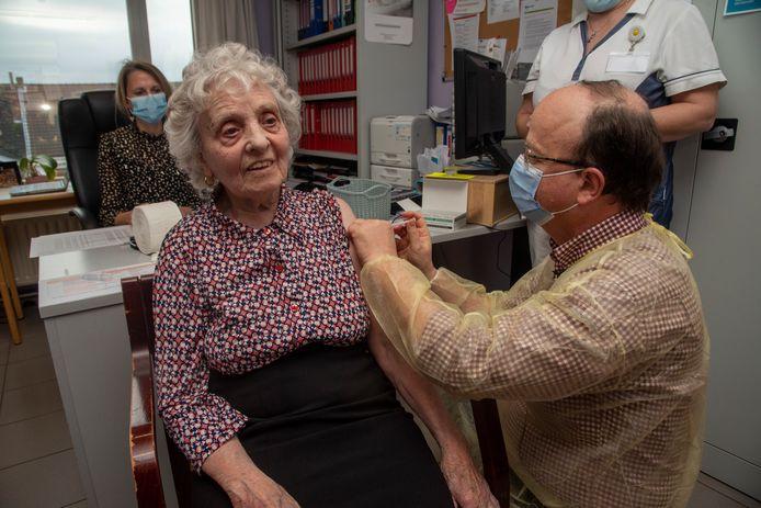 Bewoonster Mariette Coolens is blij dat ze gevaccineerd is.