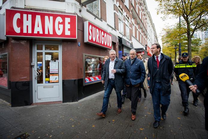 Burgemeester Aboutaleb, hier in het midden, wil zich nu richten op de sociale problemen in Rotterdam-West.