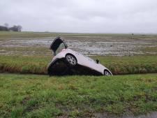 Auto raakt van de weg en belandt in sloot in Nijkerk