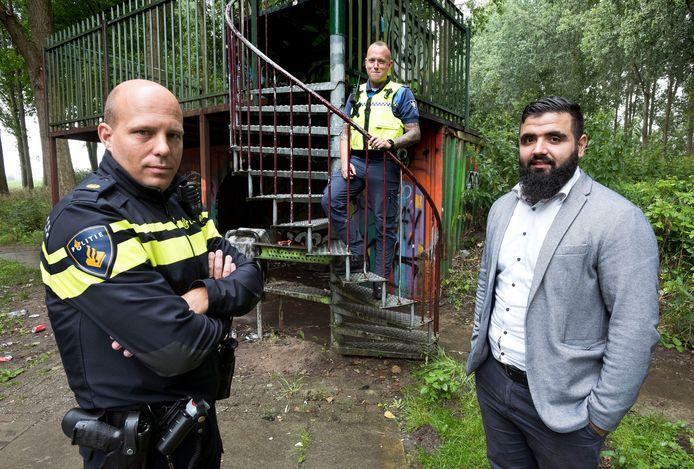 Wijkagent Jeroen van Beek (links),  boa Michael en  Malik Arbaj van de gemeente bij de jop in Harmelen. ,,De jongeren verpesten het voor zichzelf.''