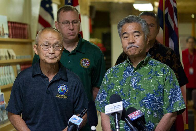 Vern Miyagi, EMA-directeur (.l) en gouverneur David Ige (r.). op een persconferentie zaterdag.