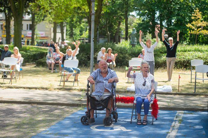Vic en Elly Snauwaert kwamen ook beneden meegenieten van het feestje dat de buurtbewoners hadden ineengestoken voor hun diamanten bruiloft.