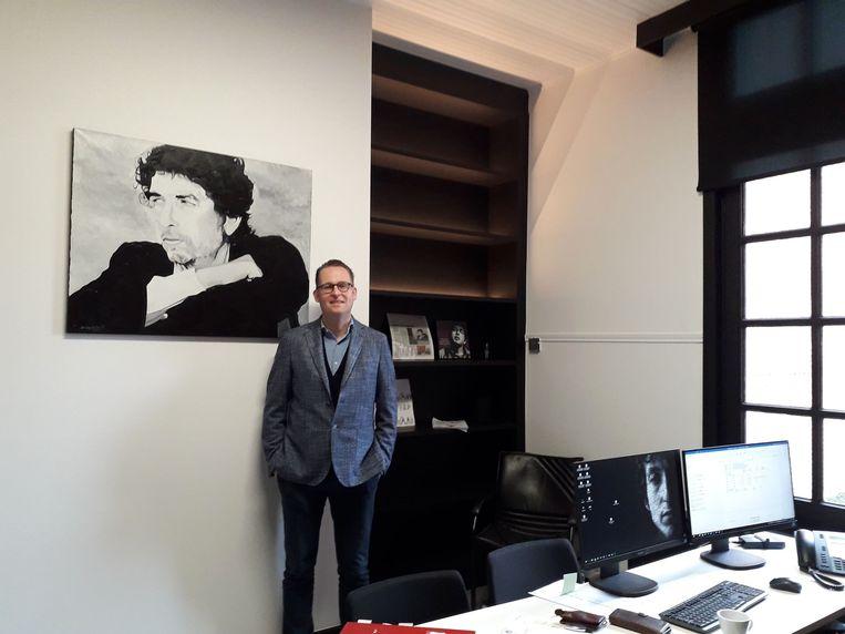 Burgemeester Raeymaekers in zijn volledig vernieuwd kantoor