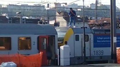 """""""Levensgevaarlijk"""": man klimt op trein in Brussel-Zuid en veroorzaakt vertraging"""