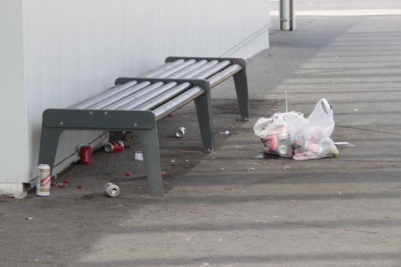 Aan dit bankje aan het station van Ieper viel het slachtoffer op de grond, de blikjes bier zijn stille getuigen.