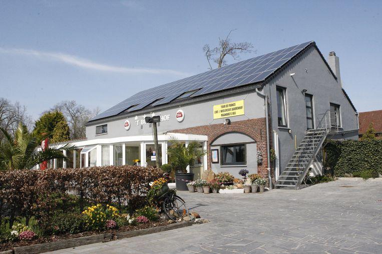Het Boerenhof wordt vanaf volgende week een wielercafé met onder meer truitjes van Eddy Merckx.
