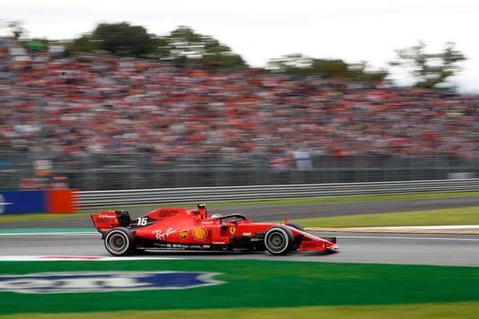 Charles Leclerc voor de 'tifosi' van Ferrari.