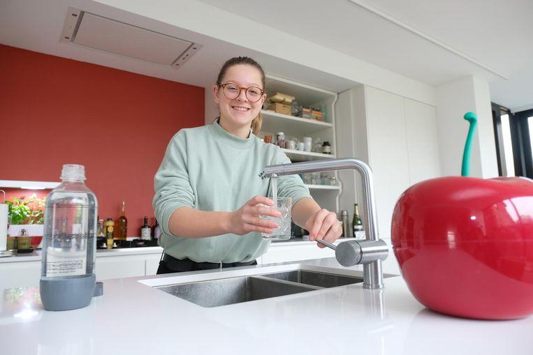 Janne Van Dyck (14) gaat de uitdaging aan om de hele maand geen frisdrank te drinken. Dankzij een Facebookoproep van haar papa doen al honderden mensen mee.