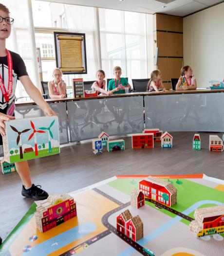 Raamsdonksveerse leerlingen spelen 'Democracity', een politiek schaakspel