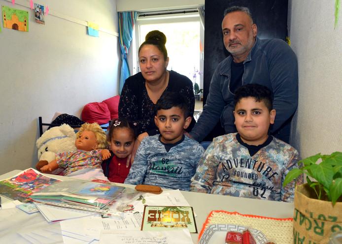 Foto archief. De familie Khiralla op de gezinslocatie in Katwijk. De familie is nu terug in Schalkhaar, waar ze eerst op het AZC verblijven, tot ze een woning toegewezen krijgen.