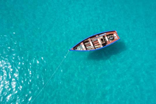 Een traditionele vissersboot in Santa Maria, op het eiland Sal, Kaapverdië.