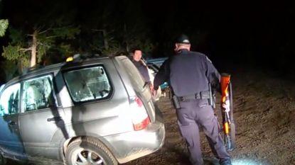 Agenten bevrijden opgesloten beer uit wagen
