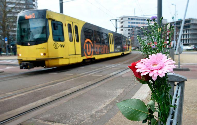 Bloemen bij het 24 Oktoberplein in Utrecht waar de schietpartij plaatsvond. Beeld AFP