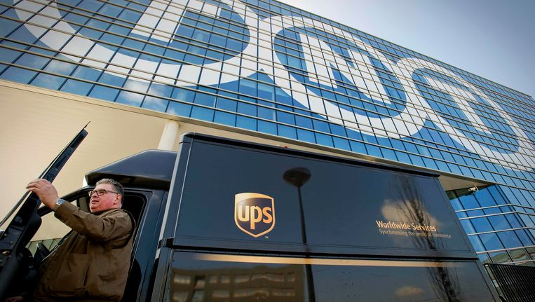 Een koerier van UPS voor een gebouw van TNT. Beeld Reuters