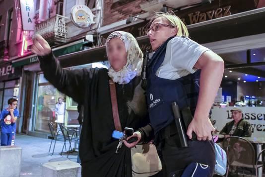 Een moeder toont waar ze haar verdwenen dochter de laatste keer heeft gezien.