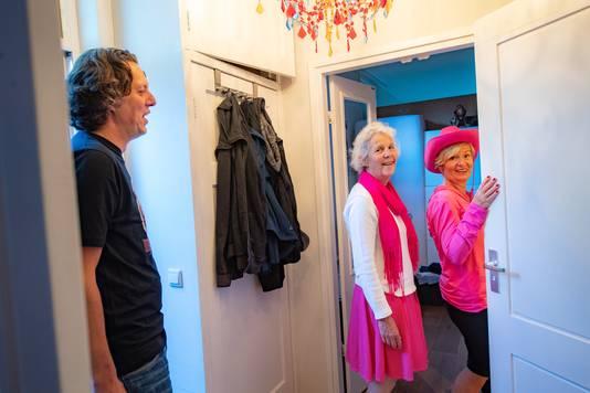 Loopsters Marga (links) en Mien maken gebruik maken van het toilet van Wilco Willemsen op de Houtlaan.