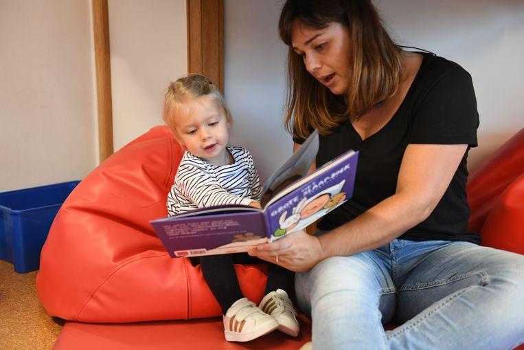 In kinderdagverblijf De Pagadder mocht bazin Eva een boekje voorlezen.