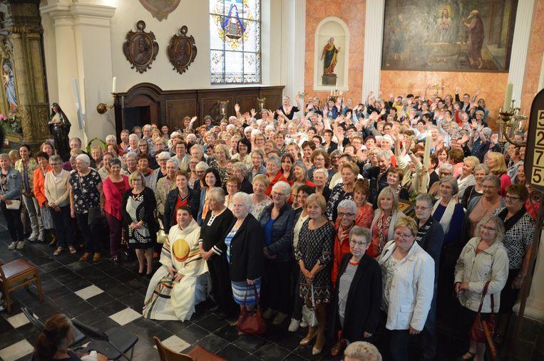 233 Rita's kwamen samen in de kerk van Outer op de naamdag van de Heilige Rita. Pastoor Alexander Vandaele vestigde een nieuw wereldrecord.