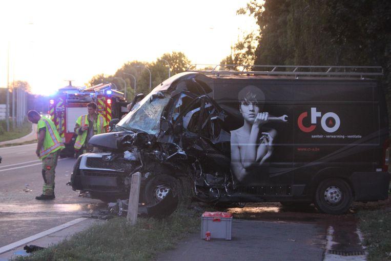 Beide bestelwagens raakten zwaar beschadigd.