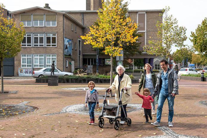 Marie de Bonth (98) werd door Martin Dieleman, Marlene Hermans en hun kinderen Rik (6) en Ella (3) meegenomen naar Oostburg.