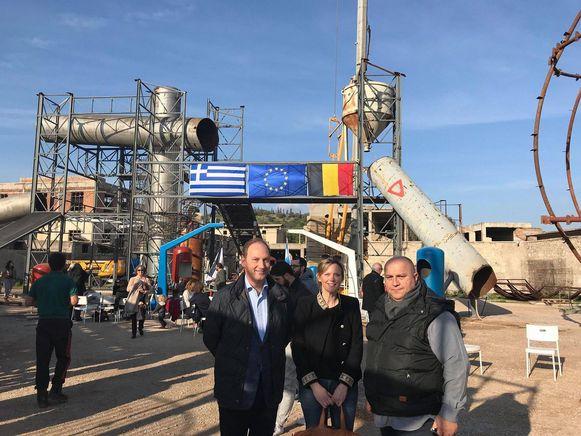 Burgemeester Katrien Partyka ging al in Griekenland een kijkje nemen bij de bouw van de speeltuinonderdelen.