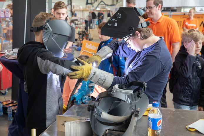 Bezoekers van de Hotspot Hightech Helmond-de Peel konden zaterdag bij Franke in Helmond de handen uit de mouwen steken.