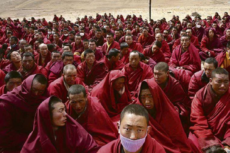 Tibetaanse monniken wonen een gebedsdienst bij voor de slachtoffers van de aardbeving in Jiegu. (Reuters) Beeld
