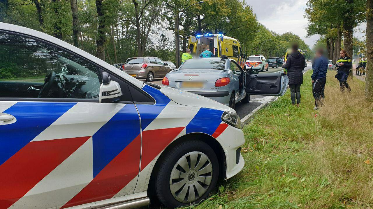 Drie auto's botsten zondagmiddag tegen elkaar op de Gronausestraat.