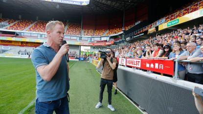 """KVM-achterban verzamelt aan stadion, sterke man Penninckx spreekt ze toe: """"We blijven achter de bestuurders staan"""""""