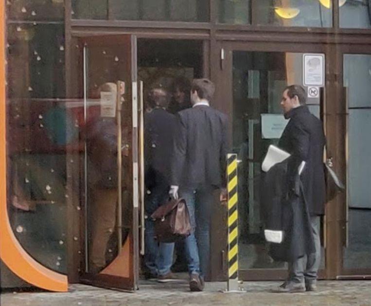 Notaris M.S. (midden, tweede van link) verlaat de rechtbank, maar keert terug wanneer hij de pers ziet staan (archiefbeeld).