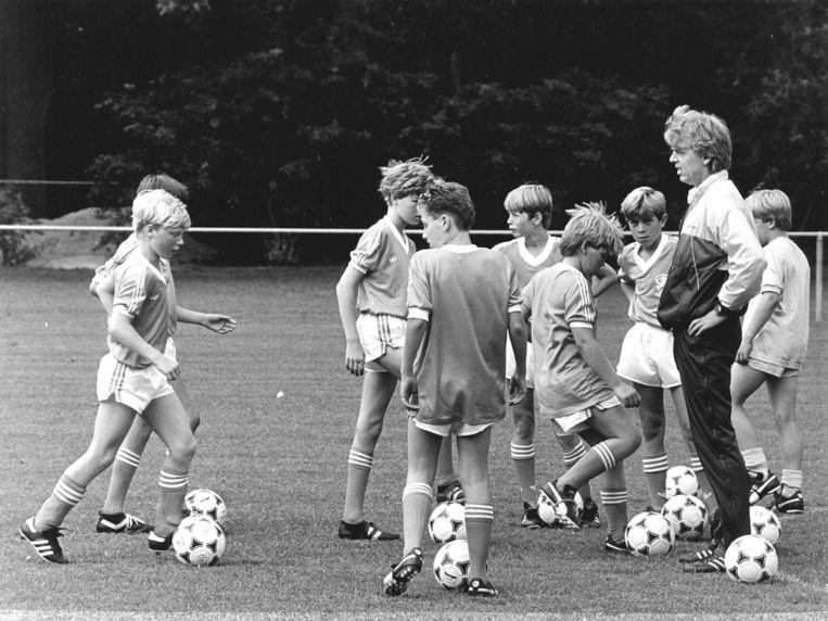 Een vakantie-voetbalkamp van de KNVB in Zeist, 1985. Met trainer Leo Beenhakker.  Beeld ANP