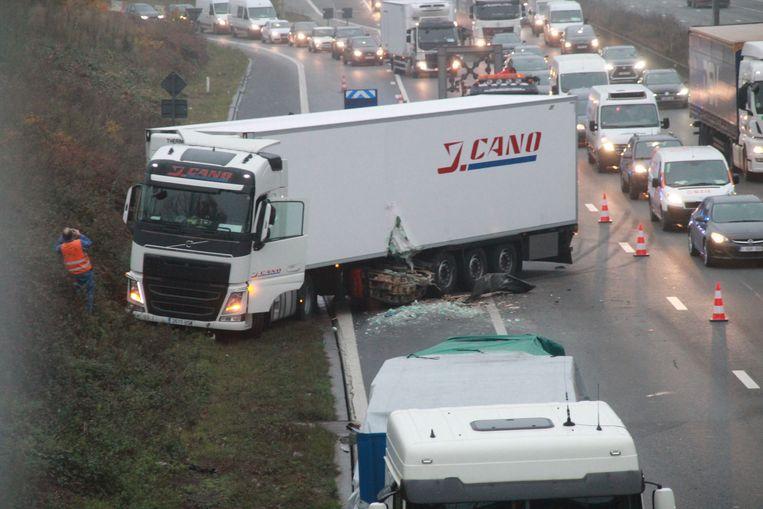 Door een aanrijding tussen twee vrachtwagens zijn twee rijstroken van de E17 versperd.