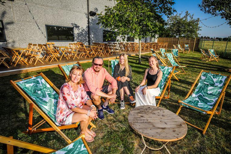 Ingrid Gheys met Nico Vanoost, Lien en Laura Vanoost in pop-upbar Madam