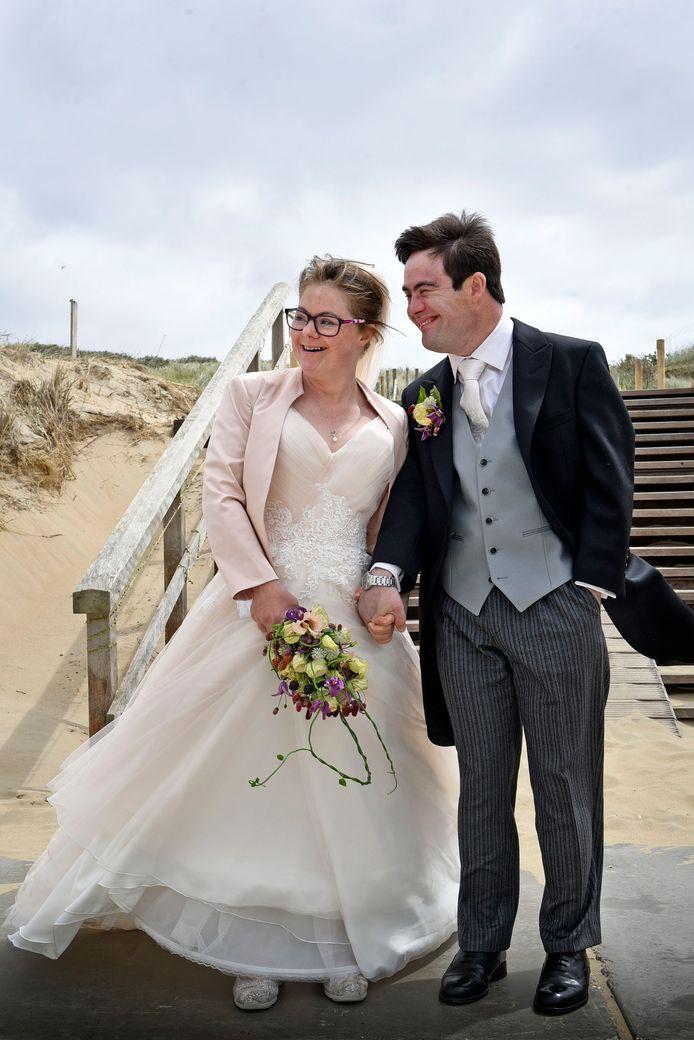 Het kersverse bruidspaar Lize Weerdenburg en Ruben Herschberg op het Scheveningse strand