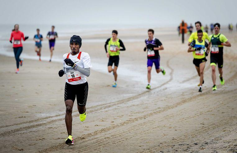 Abdi Nageeye snelt tijdens de halve marathon van Egmond over het strand. Beeld ANP