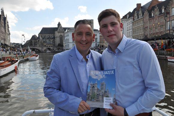 Brecht Van de Walle (rechts) en sponsor Jurgen De Rijcke (links) met de eerste editie van het magazine.