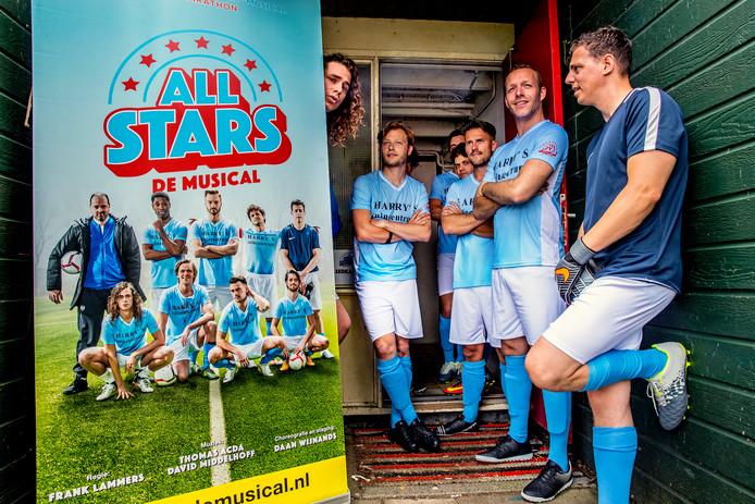 04a9e56ce68 De cast van All Stars met links Lucas Hamming wacht totdat zij het veld op  mogen