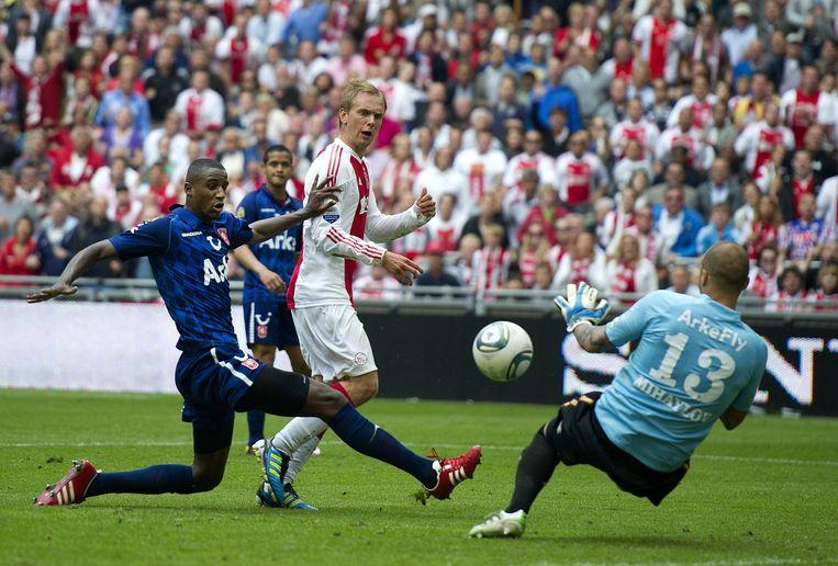 Siem de Jong maakt in een kolkende Amsterdam ArenA op de slotdag van de Eredivisie de beslissende  3-1 voor Ajax tegen FC Twente. Beeld null