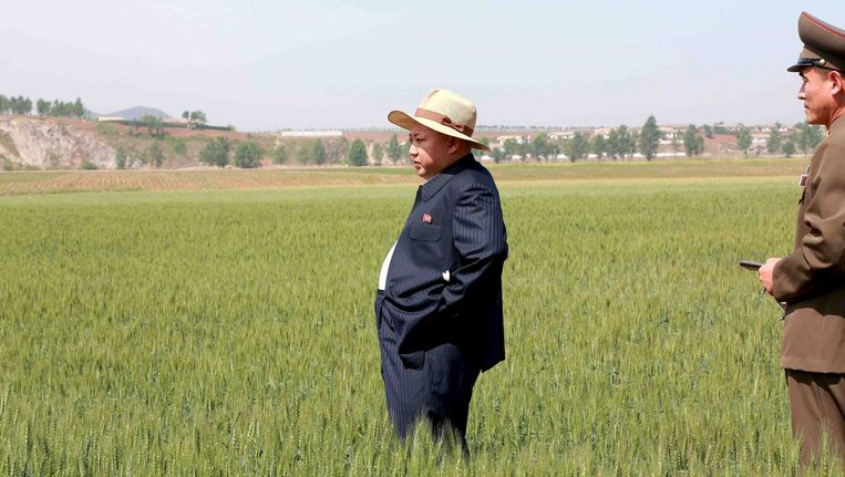 De Noord-Koreaanse leider Kim Jong un bezoekt een boerderij, het land kampt met ernstige droogte. Beeld reuters