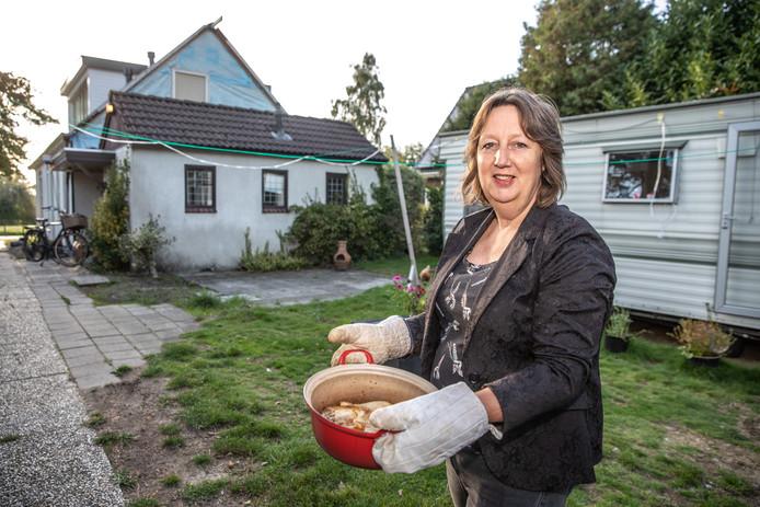 Cassandra Steenkist zit zonder keuken, dus ze kookt noodgedwongen in een stacaravan in de tuin. De stikstofuitspraak van de Raad van State vertraagt de vebouwing van haar huis.