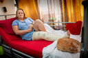 Den Bosch. Daniëlle Schuiling thuis in bed na het ongeluk met een motorcrosser