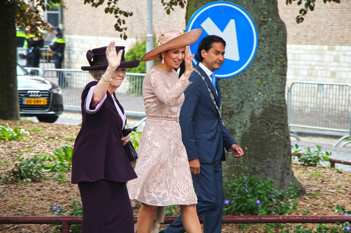 Prinses Beatrix, koningin Máxima en burgemeester Harald Bergmann van Middelburg.