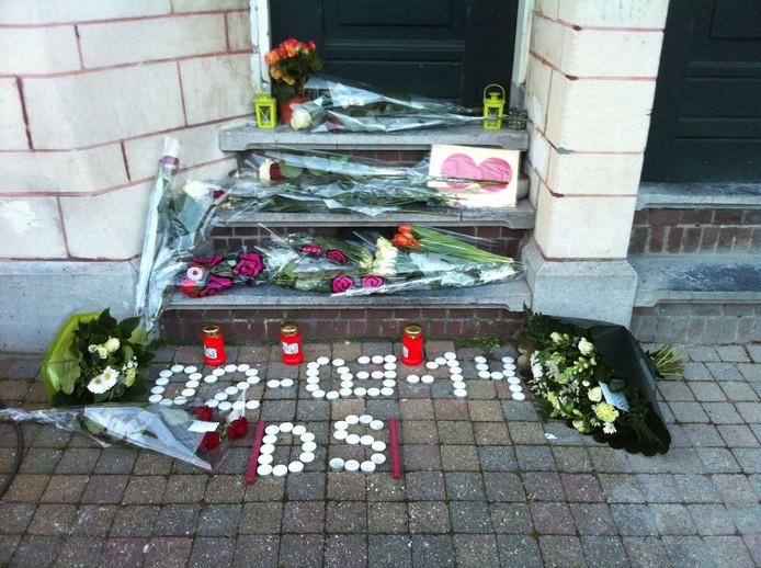 Op de plek waar Dennis van de Velde stierf werden bloemen en kaarsen gelegd.