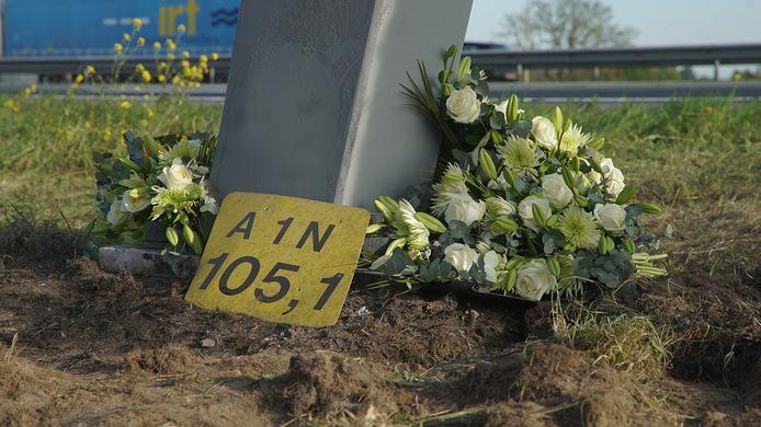 Bloemen op de plek van het ongeval bij Deventer, waar maandagochtend vroeg vier jonge mannen om het leven kwamen.