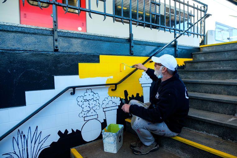 De voetgangerstunnel van het station in Kontich-Lint wordt opgefleurd door mooie schilderwerken. Eric Geuns.