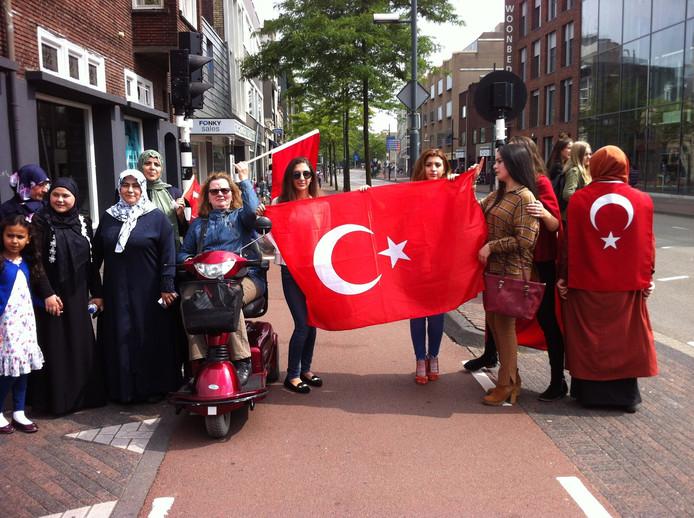 Na afloop van de actie op het Stadhuisplein trokken groepjes Nederlanders van Turkse afkomst met vlaggen door de Eindhovense binnenstad, zoals hier op de Wal.