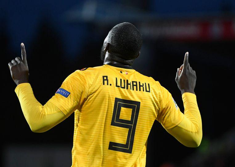 Romelu Lukaku wijst naar de hemel na zijn doelpunt.