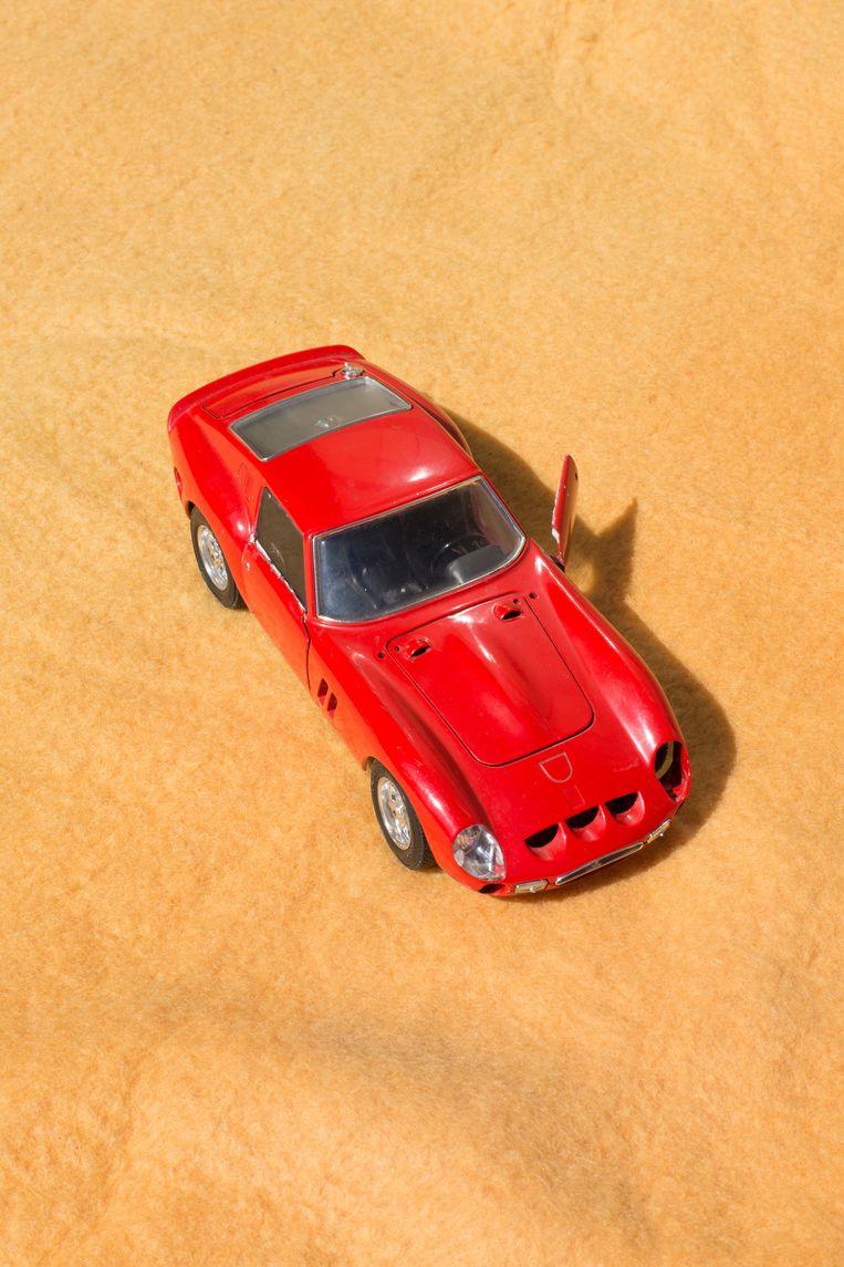 Aan de straatstenen niet kwijt: speelgoedauto (vraagprijs: 50 cent). Beeld Annabel Miedema